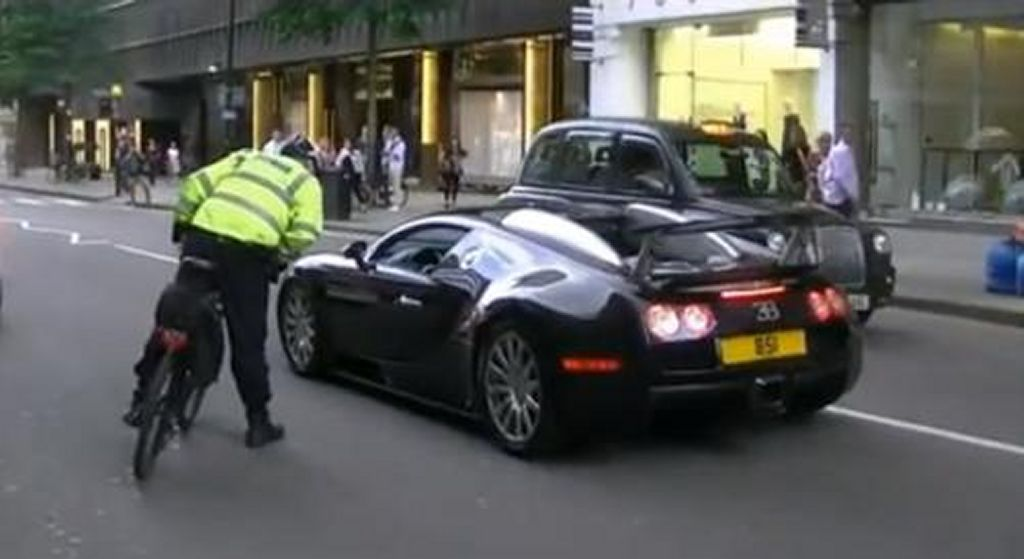 bicycle cop pulls over a 1001 bhp bugatti veyron carmagram. Black Bedroom Furniture Sets. Home Design Ideas